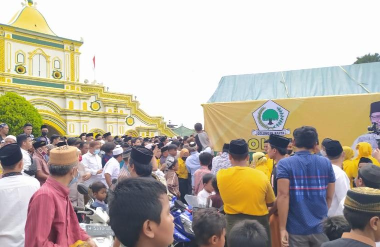 Golkar Kepri Bagikan 1000 Paket Sarung dan Sajadah di Masjid Jami Sumenep Madura