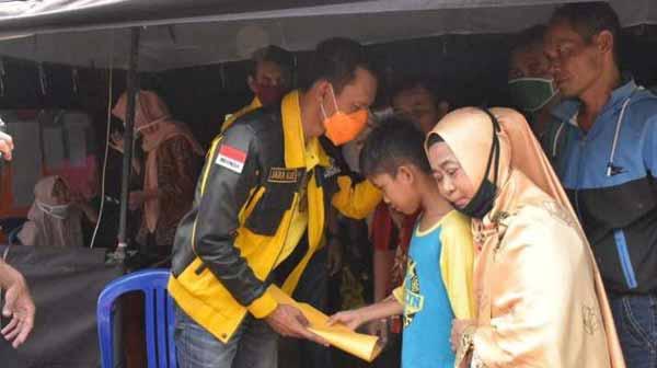 Ade Ruhandi Pimpin Kader dan Relawan Golkar Bogor Santuni Korban Banjir Bandang Leuwisadeng