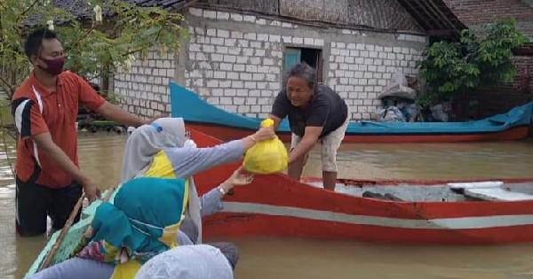 KPPG Pati Salurkan Bantuan Sembako Untuk Warga Korban Banjir di Desa Mintobasuki